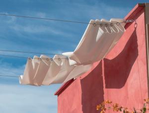 deco terrasse. store extérieur réalisé avec toile couleur écrue et tendeurs fixés sur mur