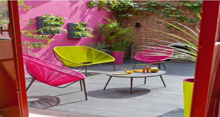 Chaises et table de jardin aux couleurs vives pour un ete ...